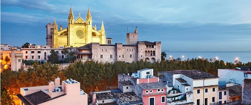 Altstadt von Palma de Mallorca in der Dämmerung mit angestrahlter Kathedrale La Seu.