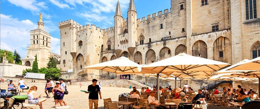 Strassencafé vor dem Papstpalast in Avignon.