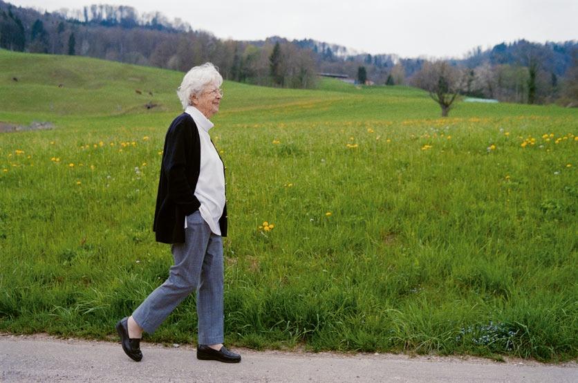 Hedy Rieser auf einem Spaziergang, zu sehen im Buch 90plus