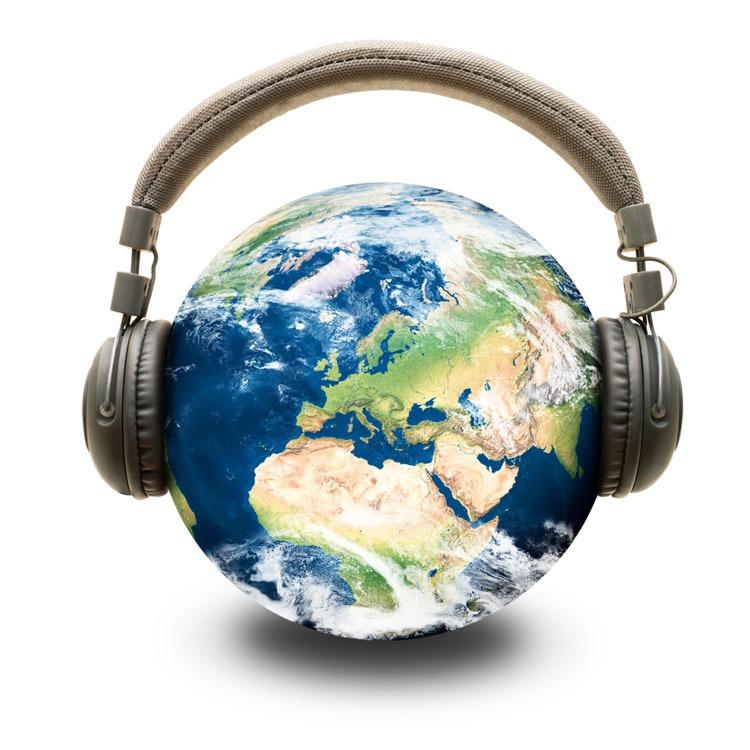 Ein Globus mit aufgesetzten Kopfhörern illustriert die Frage, was eigentlich ein Podcast ist.