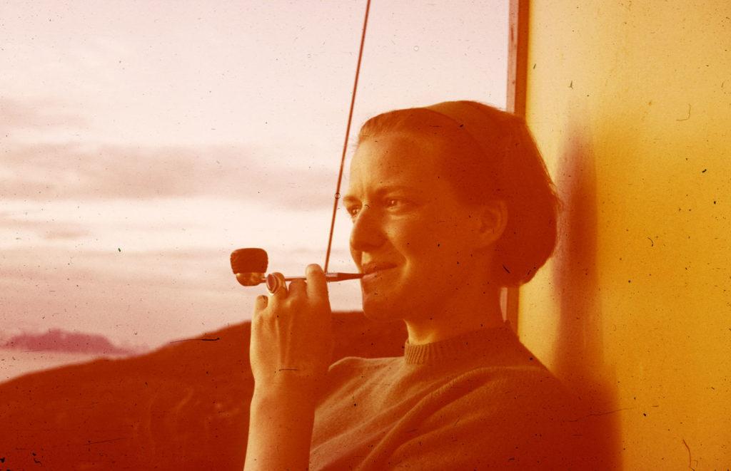 Die damals 25-jährige Vreni Etter gönnt sich in Hammerfest eine Pfeife und geniesst die Mitternachtssonne.