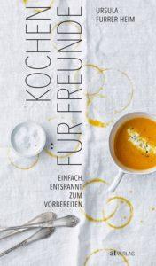 Buchcover «Kochen für Freunde» von Ursula Furrer-Heim. Eine schmutzige Tischdecke mit einer Schüssel Kürbissuppe.