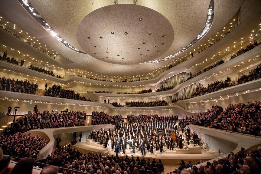 Konzerthalle mit Zuschauern in der Elbphilharmonie in Hamburg.