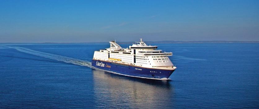 Das Kreuzfahrtschiff Color Fantasy auf hoher See.