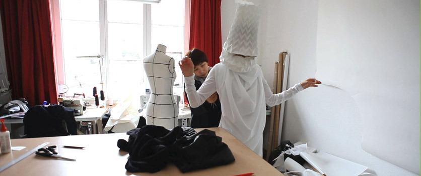 Filmszene aus «Ly-Ling und Herr Urgesi»: Ly-Ling schneidert im Atelier