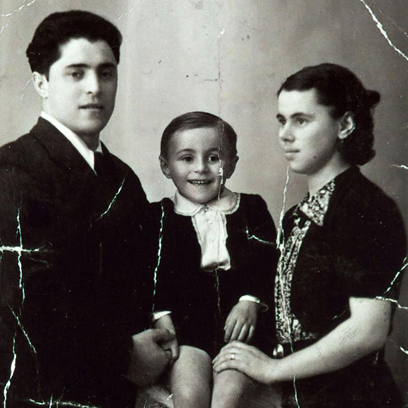 Ein altes Foto zeigt Luciano Pavarotti mit seinen Eltern.