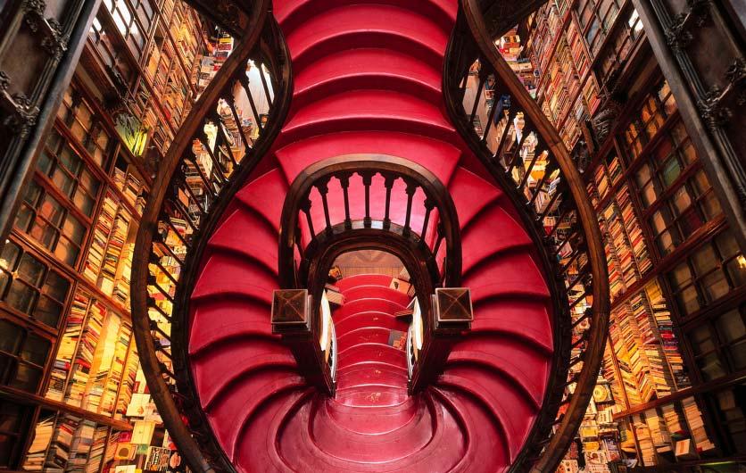Buchhandlung in Porto mit roten Treppen.