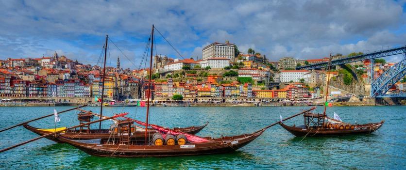 Rabelos Boote auf dem Douro mit Altstadt von Porto, Portugal.