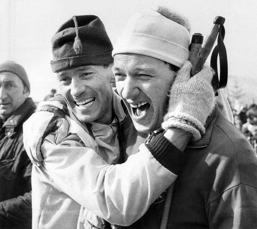 Der Langlaeufer Sepp Haas, rechts, und sein Trainer Lenmart Olsson aus Schweden, links, freuen sich nach dem Langlaufrennen ueber 50km der olympischen Winterspiele am 17. Februar 1968 in Grenoble ueber Haas' dritten Rang.