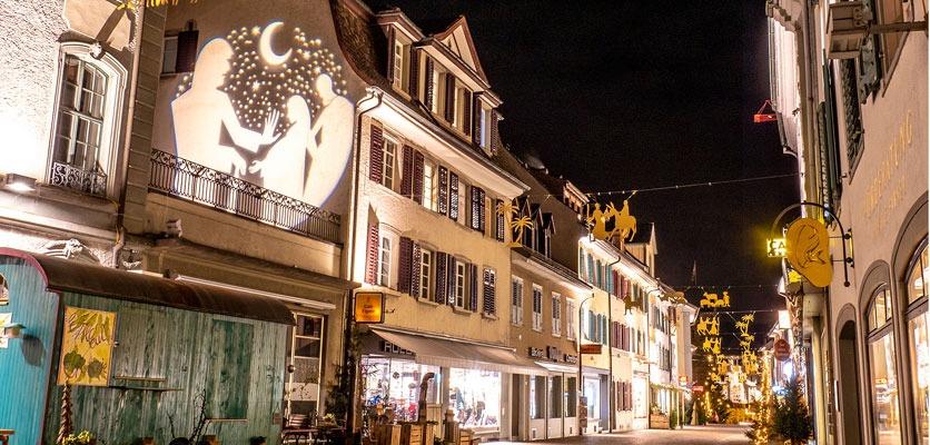 Bild der weihachtlichen Altstadt mit Lichtfiguren.
