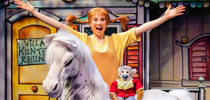 Bühnenbild mit Pippi Langstrumpf, Herrn Nilson und Pferd.