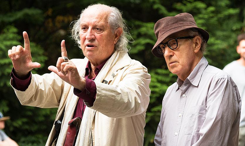 Kameramann Vittorio Storaro bespricht sich am Filmset mit Regisseur Woody Allen.