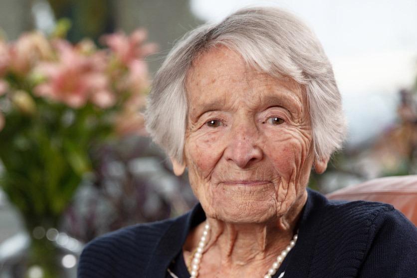 Portrait der 100-jährigen Rosmarie Wirz auf ihrem Balkon.