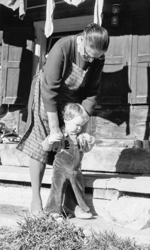 Die Autorin mit ihrer Grossmutter.
