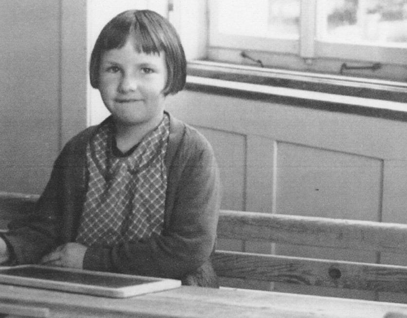 Schwarzweissfoto: eine Erstklässlerin sitzt in der Schulbank, um 1936 im Sarganserland.