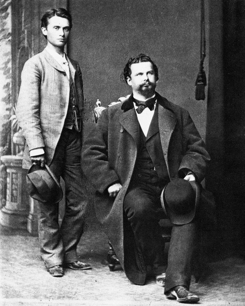 Das vielsagende Bild aus dem Fotoatelier in Luzern: Joseph Kainz steht, König Ludwig II. sitzt – Kainz' linker Arm wurde wegretuschiert.