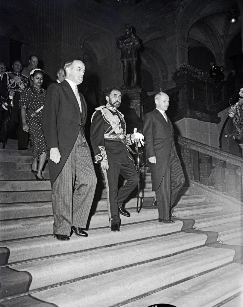 Empfang im Bundeshaus: Der Kaiser steigt die Bundeshaustreppe hinab, flankiert von Politikern
