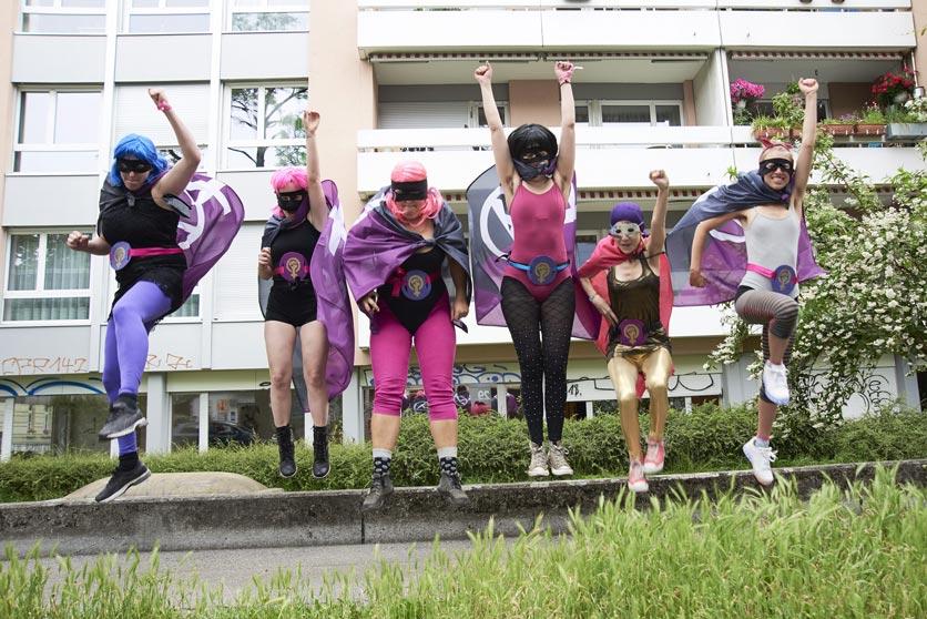 Frauengruppe springt in die Luft, verkleidet als Superwomen
