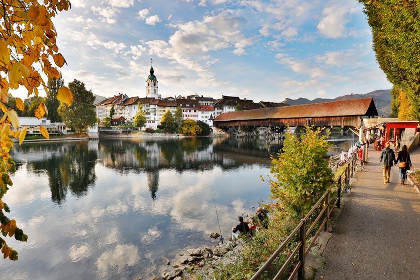 Historische Altstadt Olten mit Aare und alter Holzbrücke.