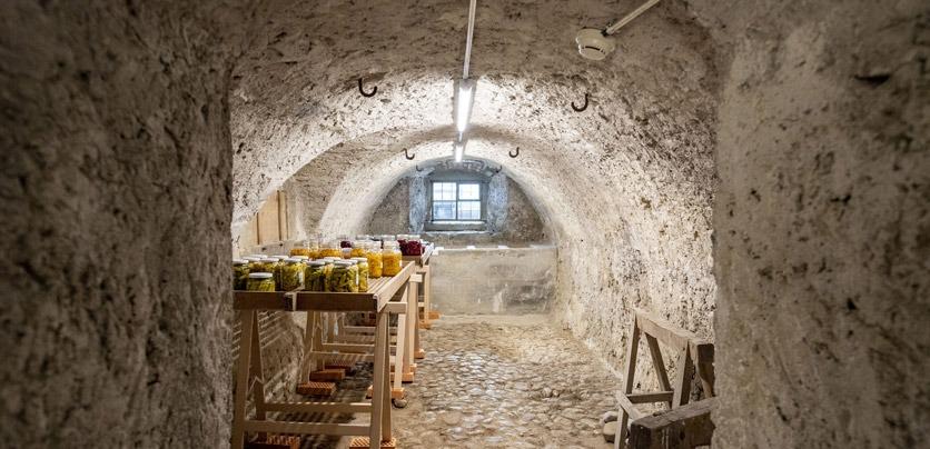 Der Klosterkeller des Culinarium Alpinum mit eingelegtem Gemüse. © Keystone / Urs Flüeler