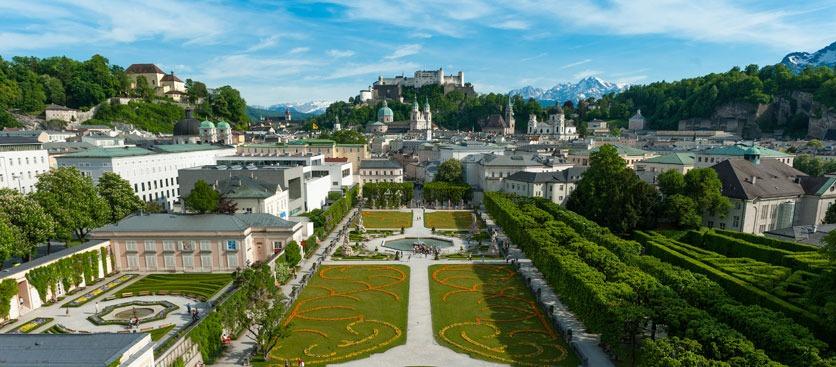 Sehenswürdigkeiten Salzburg, Blick über den Mirabellgarten auf die Salzburger Altstadt