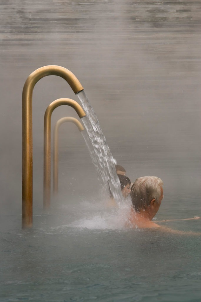 Badegäste in der Therme von Vals