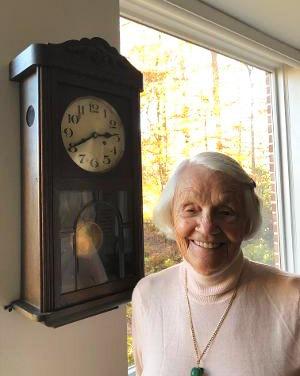 Margrit Baltazar mit ihrer Standuhr