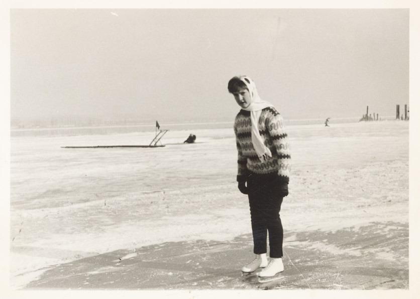 Seegfrörni am Bodensee 1963: Cécile Bernet-Schwager auf Schlittschuhen. Zeitlupe.