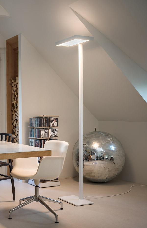 Zeitlupe Auktion: Gottardo LED Stehleuchte in weiss, in einem Dachzimmer.