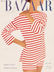 Cover einer Harpers Bazaar von 1951: zu sehen ist eine Frau ein in einem rot-weiss-gestreiften Sommeranzug. Zeitlupe
