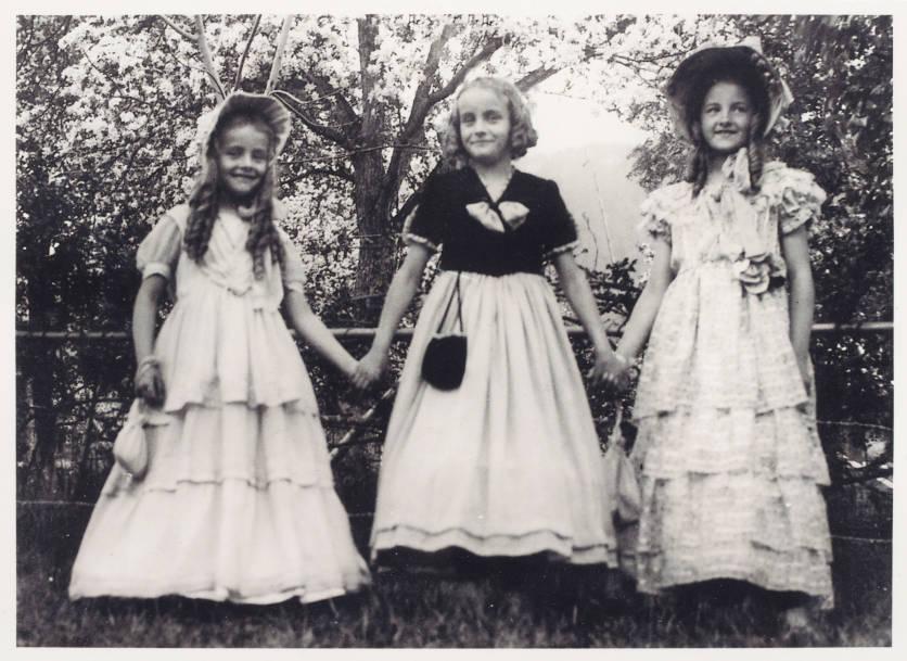 Schwarzweissfoto: Portrait von drei Mädchen in schönen Kleidern am Kinderumzug des Sechseläuten Ende der 1940er Jahre.