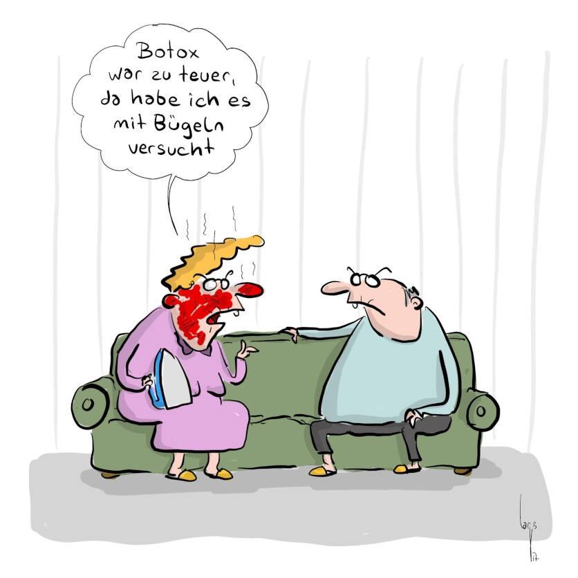 Cartoon von Mario Lars: ein Seniorenpaar sitzt auf dem Sofa. Sie hält ein Bügeleisen in der Hand und ist leuchtend rot im Gesicht. Sie sagt zu ihm: Botox war zu teuer, da habe ich es mit Bügeln versucht.