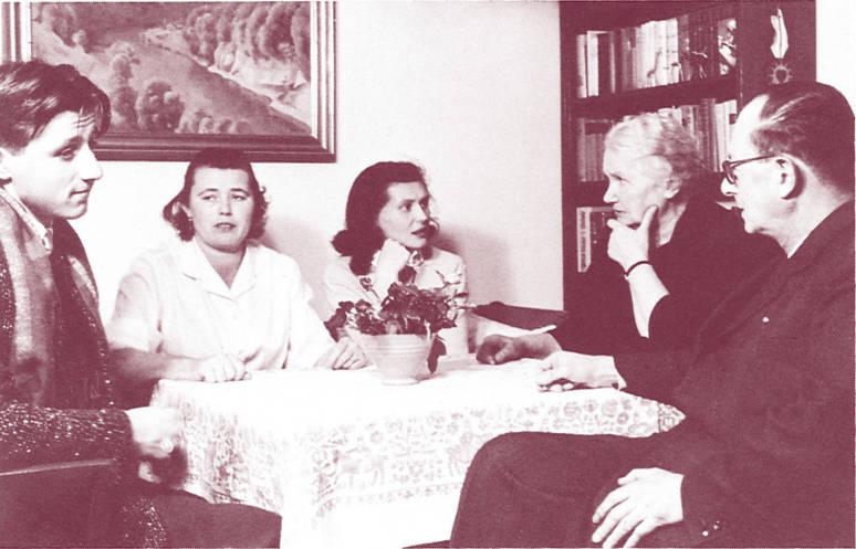Gertrud Kurz sitzt mit ungarischen Flüchtlingen am Tisch, 1957. Zeitlupe