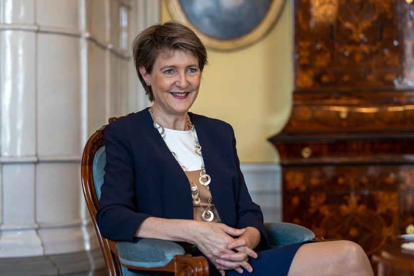 Bundesrätin Simonetta Sommaruga im Beatrice von Wattenwyl-Haus. Zeitlupe