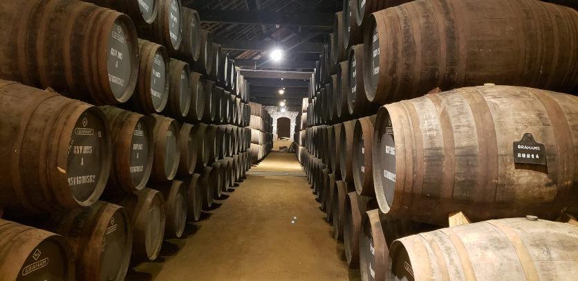 Weinfässer in Grahams Portweinkeller in Porto