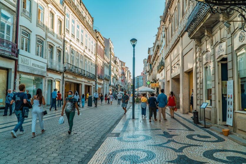Rua Santa Catarina mit Fussgängern in Porto. Zeitlupe