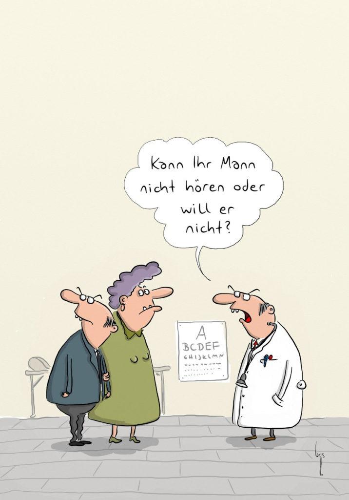 Cartoon: Ein älteres Paar beim Augenarzt: Er dreht sich weg und schaut nach hinten, sie schaut Richtung Arzt. Der Arzt fragt: Kann Ihr Mann nicht hören oder will er nicht?