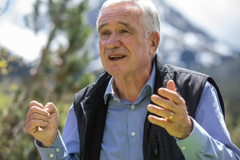 Hanspeter Latour wird in seinem Garten von der Zeitlupe interviewt.