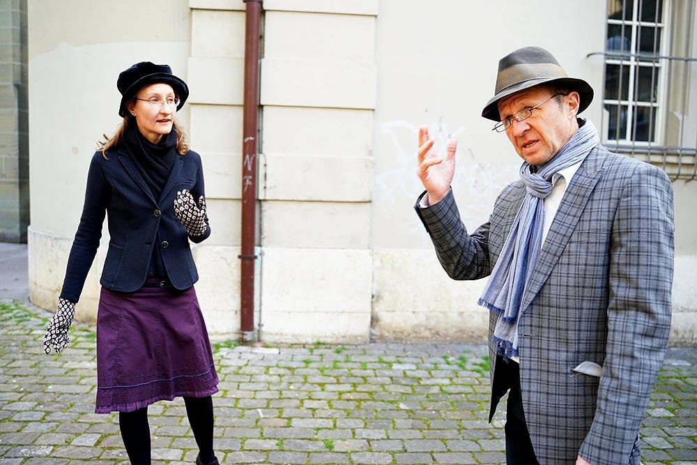 Zwei Schauspieler vom Verein Stattland im Berner Stadtrundgang «Labyrinth Dürrenmatt»