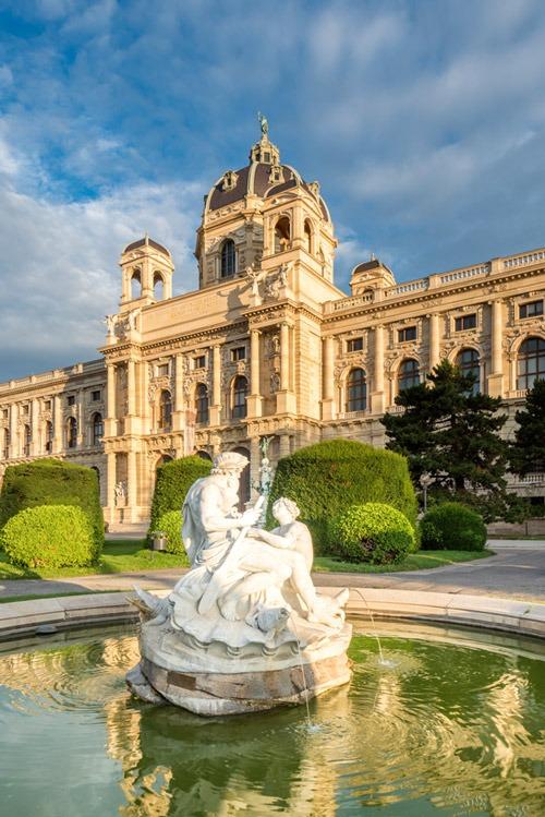 Brunnen auf dem Maria Theresa Platz und Naturhistorisches Museum in Wien, Oesterreich.