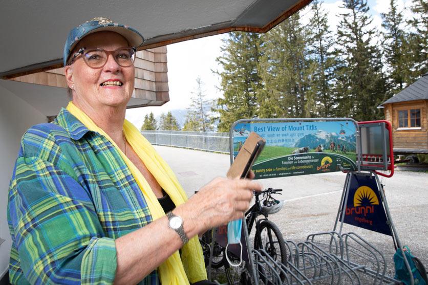 Seniorin beim Ausflug mit den Lupis auf dem Ristris bei Engelberg.