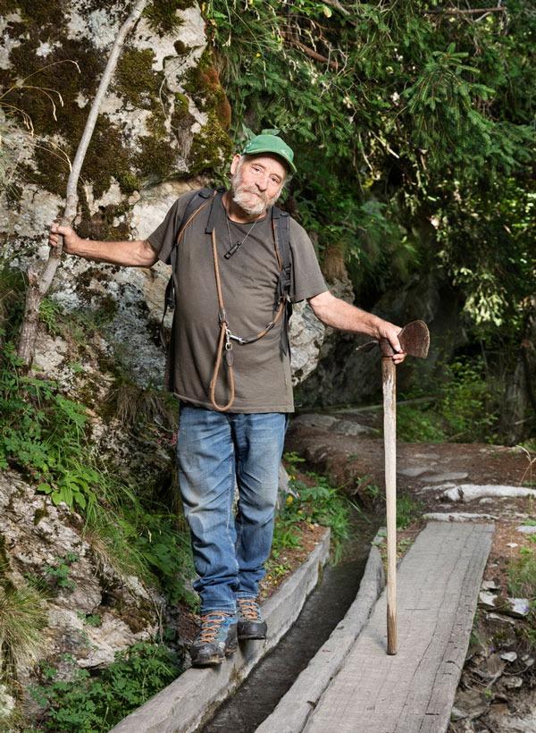Kari Schmid, Suonenwärter im Wallis, steht an einer Suone.