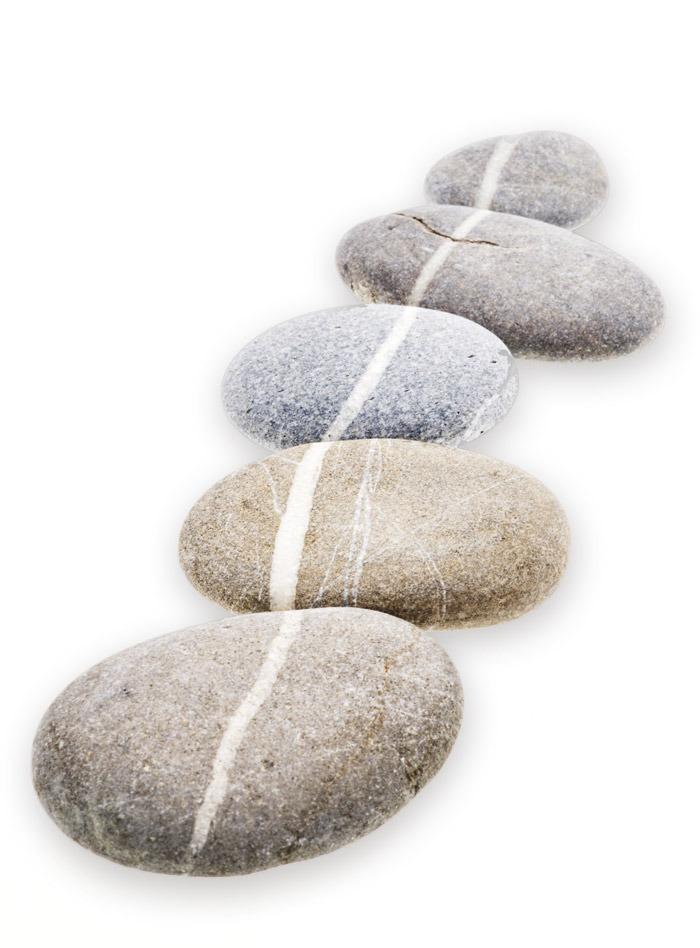 Eine Reihe Kieselsteine mit weisser Linie
